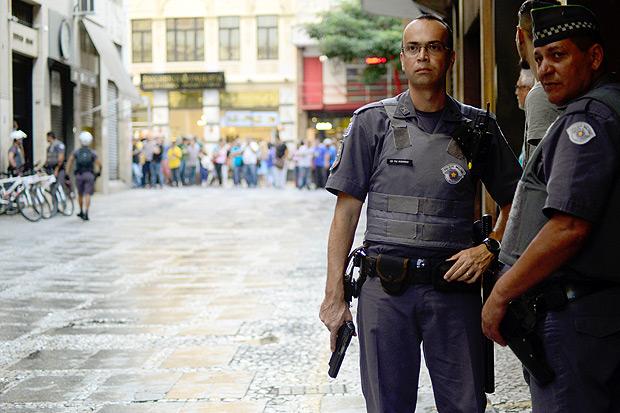 SAO PAULO SP, SlP 11/04/2017ASSALTO JOALHERIA: Joalheria MV do n 73 da Barão de Paranapiacaba é assaltada na tarde desta terça (11) em São Paulo. Não houve vítimas. (Foto: Cris Faga/Fox Press Photo) *** PARCEIRO FOLHAPRESS - FOTO COM CUSTO EXTRA E CRÉDITOS OBRIGATÓRIOS ***