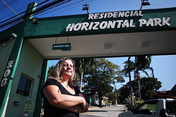 SAO PAULO/SP BRASIL. 25/05/2017 -Margaret Matos, 54, aposentada, moradora prejudicada - Moradores se juntam e começam a gerir loteamentos como um condomínio fechado, cobrando taxas por benfeitorias mesmo de pessoas não associadas. Se a pessoa se recusa a pagar, pode responder a processo na Justiça e até perder a casa.(foto: Zanone Fraissat/FOLHAPRESS, COTIDIANO)***EXCLUSIVO***