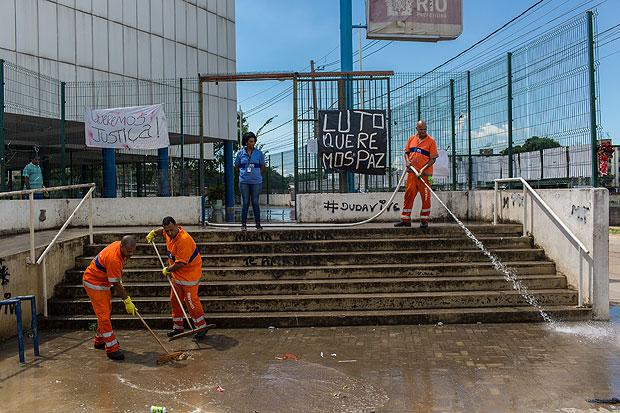 Rio de Janeiro, Rj, BRASIL. 03/04/2017; Funcionarios da COMLURB lavam escola municipal Daniel Piza, onde morreu Maria Eduarda, 13, após tiroteio na ultima Quinta-Feira(30) proximo a escola.( Foto: Ricardo Borges/Folhapress)