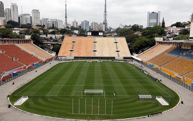 SAO PAULO, SP, BRASIL. 12.09.2016. Funcionario pinta do gramado do estadio do Pacaembu que voltara a ser usado para uma partida do Campeonato Brasileiro. (Foto: Moacyr Lopes Junior/Folhapress, COTIDIANO). ***EXCLUSIVO*** TRAX 10066482A