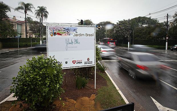 SAO PAULO/SP BRASIL. 15/08/2017 - Para agradecer a reforma de paisagismo dos canteiros centrais da av. Brasil, a prefeitura de SP colocou placas gigantes que ferem a Lei Cidade Limpa.(foto: Zanone Fraissat/FOLHAPRESS, COTIDIANO)***EXCLUSIVO***