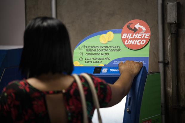 SAO PAULO, SP, BRASIL - 01-11-2016: Maquina do Bilhete Unico que aceita moedas na estacao Sao Bento do Metro. Com um rombo de R$ 6 milhões por descontos na tarifa, o Metrô de São Paulo busca medidas para arrecadar mais moedas. (Diego Padgurschi /Folhapress - (COTIDIANO) ***EXCLUSIVO***