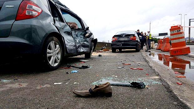 Carros parados na marginal Tietê após acidente com 3 mortes perto da ponte dos Remédios, sentido Ayrton