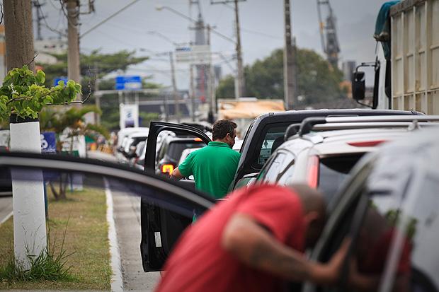 Usuários descem do carro em fila para travessia da balsa entre São Sebastião e Ilhabela