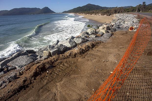 Estragos das ressacas e obras para restauração da praia do Caldeirão