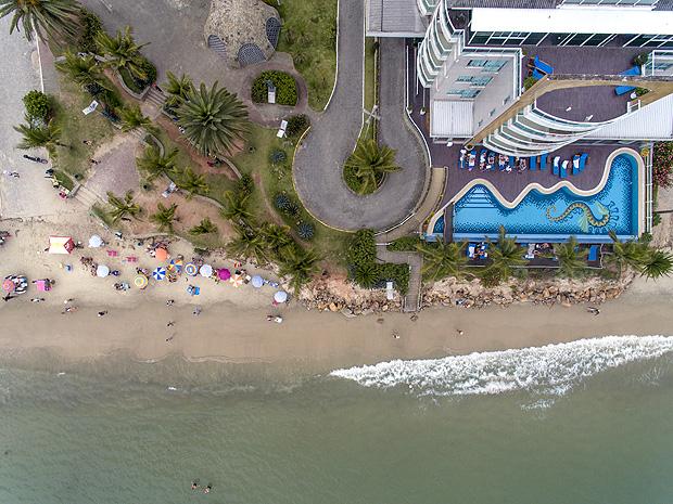 Vista aérea da pequena faixa de areia na praia de Canasvieiras, no norte de Florianópolis