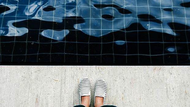 Parasita transmitido por fezes é resistente à água clorada e sobrevive até dez dias na piscina