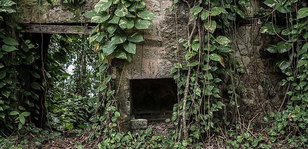 ILHA DO GATO, SP, BRASIL, 15-12-2017, 12h30: Ruina de mansao que era de americanos na Ilha do Gato, no litoral norte de Sao Paulo. (Foto: Eduardo Anizelli/Folhapress, COTIDIANO) ***EXCLUSIVO***