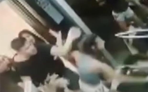 Vídeo mostra briga com troca de socos e tiros em um elevador no litoral de SP