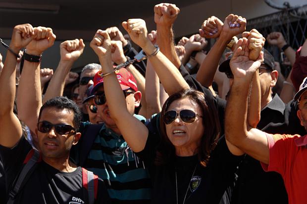 Policiais civis se algemam em protesto em frente à Delegacia Geral da Policia, em Natal