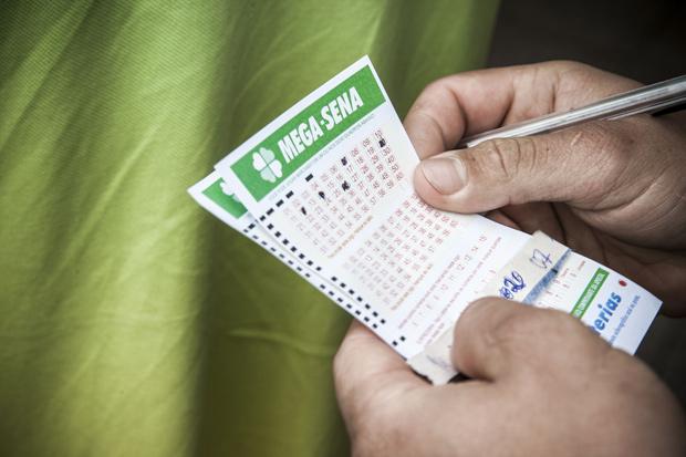 ******INTERNET OUT******* SÃO PAULO, SP, BRASIL 25-11-2015, 17h: Fila em loteria na Avenida Faria Lima para apostar na Mega Sena acumulada em 200 milhoes de reais. (Foto: Lucas Lima/UOL). ATENCAO: PROIBIDO PUBLICAR SEM AUTORIZACAO DO UOL