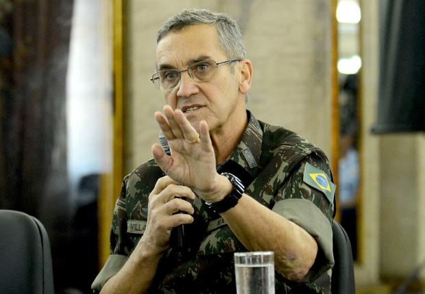 General Villas Bôas, 66, que comanda 215 mil homens do Exército