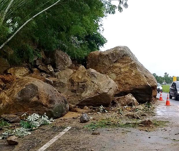 Queda de rocha bloqueia a Régis Bittencourt e causa longas filas de lentidão no sentido São Paulo