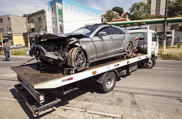 Mercedes envolvida no acidente que matou duas pessoas na Imigrantes é recolhida para pátio