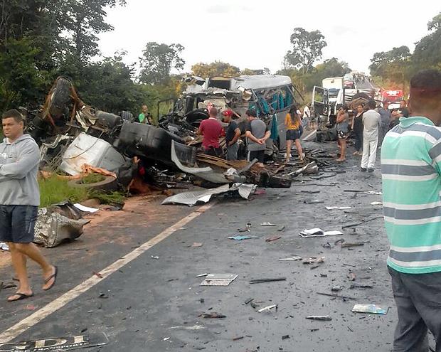 Acidente envolvendo cinco veículos na BR-251, na região de Grão Mogol (MG) na madrugada deste sábado