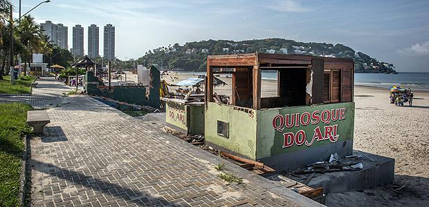 GUARUJA, SP, BRASIL, 11-01-2018: Folha Verão no Guaruja. Na foto, ruínas dos antigos quiosques, que foram derrubados pela prefeitura para a contrução do novo modelo, na praia da Enseada. (Foto: Bruno Santos/ Folhapress) *** FSP-COTIDIANO *** EXCLUSIVO FOLHA***