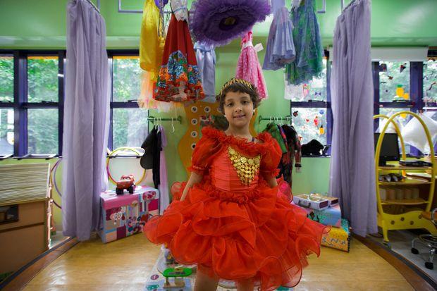 Rihana de Jesus Oliveira Santos, 7 anos, usa fantasia na brinquedoteca do Graacc, na capital