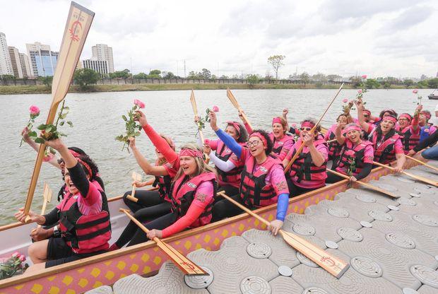 Mulheres do grupo Remama, do Icesp, comemoram durante inauguração de barco