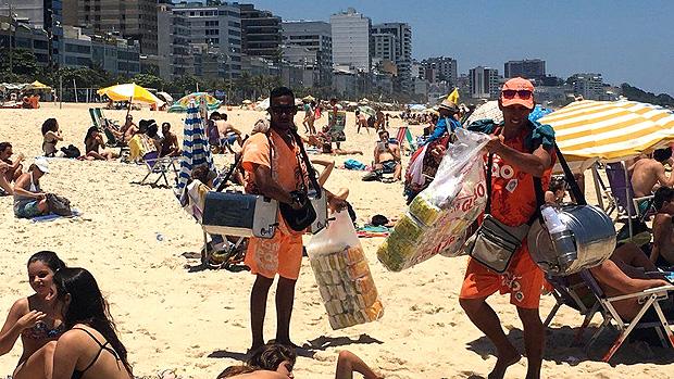 A rotina dos vendedores de mate nas praias do Rio, sob calor de 40º e com 50 kg nas costas --- A cor dos uniformes influencia na hora de escolher qual vendedor de mate chamar, segundo Souza | Foto: Renata Mendonça/BBC