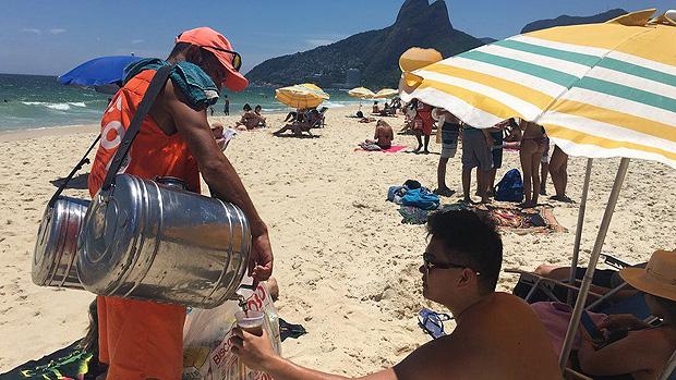 A rotina dos vendedores de mate nas praias do Rio, sob calor de 40º e com 50 kg nas costas --- Cada copo de mate custa R$ 5; Fabiano diz que já saiu da praia com apenas R$ 15 em um dia ruim de vendas | Foto: Renata Mendonça/BBC