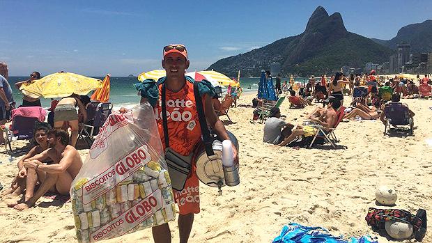 A rotina dos vendedores de mate nas praias do Rio, sob calor de 40º e com 50 kg nas costas --- 'O mate e o biscoito Globo são como o Cristo Redentor no Rio de Janeiro. Se não beber mate e comer biscoito Globo, é como ir na Disney e não ver o Mickey', brinca Fabiano Souza, que vende mate há 14 anos em Ipanema | Foto: Renata Mendonça/BBC