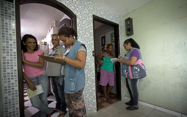 Agentes de saúde entregam senhas da vacinação em SP