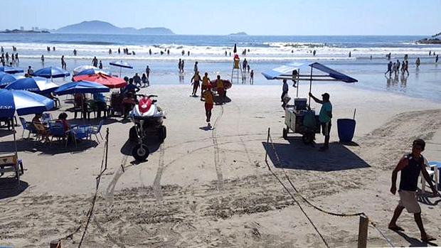 Bombeiros param reportagem para fazer resgate em praia vizinha em Guarujá