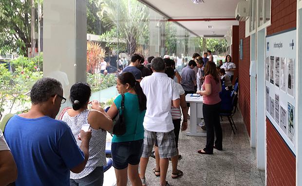 Fila no Centro da Gávea de pessoas para receber a vacina contra a febre amarela no dia D da campanha