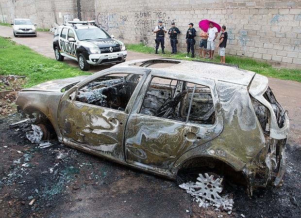 Carro queimado usado por bandidos em chacina na periferia de Fortaleza neste sábado