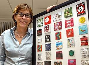 Em Brasília, a sanitarista Mariângela Simão mostra painel com camisinhas do mundo todo