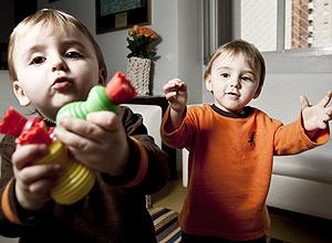 Leonardo e Rafael (de laranja), 1 ano e 8 meses, que disputam brinquedos