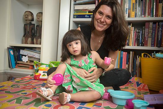 A advogada Maria Antônia Goulart, 37, e sua filha Beatriz, 2, em sua casa no Rio