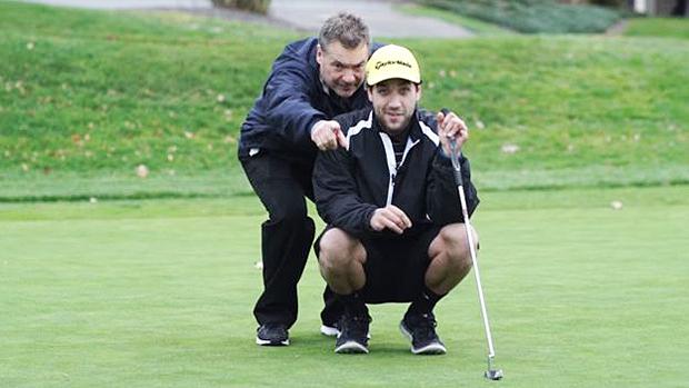 O estudante reaprendeu a usar as mãos e os pés e retomou uma de suas paixões, o golfe