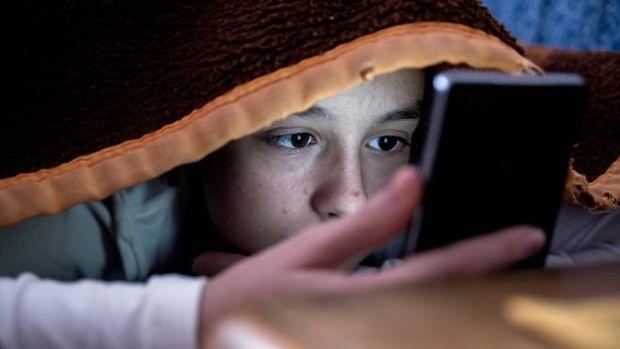 Mera expectativa de receber mensagens nas mídias sociais deixa crianças e adolescentes em alerta