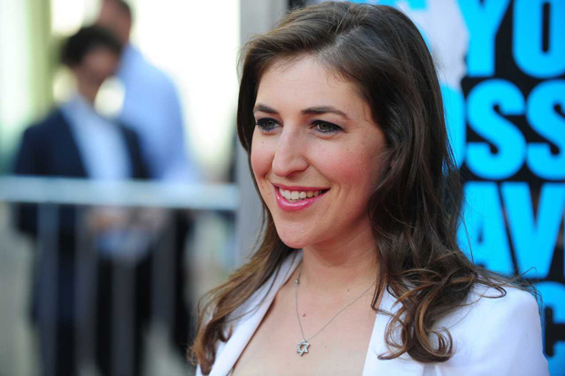 "ORG XMIT: RLB059 Actress Mayim Bialik arrives for the Los Angeles premiere of ""Horrible Bosses,"" June 30 2011 at Grauman?s Chinese Theater in Hollywood, California. AFP PHOTO / Robyn BECK"
