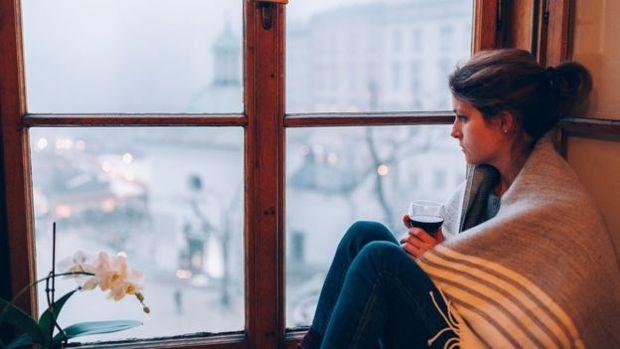 Se você já sente tristeza ou ansiedade, beber pode agravar esses sentimentos, diz o NHS