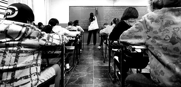 SÃO PAULO, SP, BRASIL, 19-08-2011, 07h00: Alunos durante aula de Português, na Escola Estadual Washington Alves Natel, no Parque Residencial Cocáia, em São Paulo (SP). Escolas Estaduais de São Paulo possuem mais alunos em sala de aula que o recomendado MEC. (Foto: Apu Gomes/Folhapress, Cotidiano)