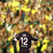 Marcos comemora com a torcida ao fundo o título paulista do Palmeiras