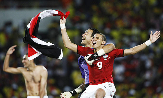 Egypt's goalie Essam El Hadary and team mate Mohamed Zidan sit atop thegoalposts in celebration after winning the African Cup of Nations finalagainst Ghana in Luanda January 31, 2010. REUTERS/Finbarr O'Reilly(ANGOLA - Tags: SPORT SOCCER IMAGES OF THE DAY)