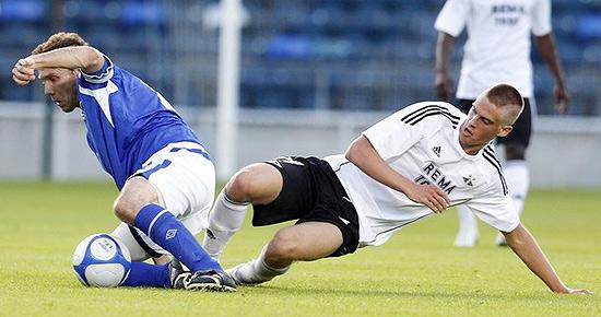 Noel Bailie (esq.) rouba bola de Markus Henriksen, do Rosenborg, durante qualificatória da Copa dos Campeões