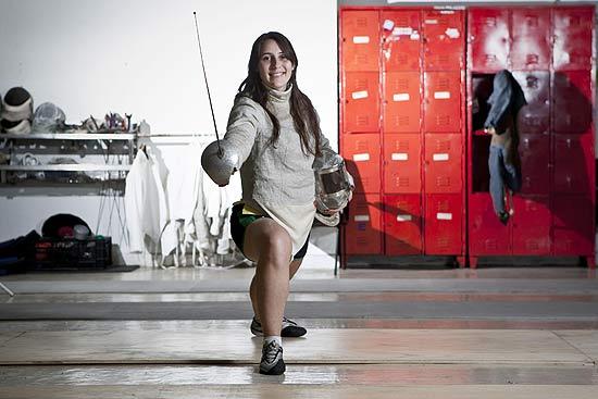 Karina Lakerbai, 22, é treinada pelo pai na seleção brasileira e na Academia Paulista de Esgrima
