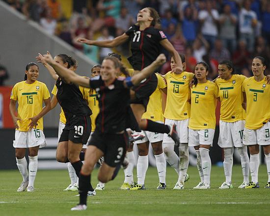 Americanas comemoram a classificação após disputa por pênaltis com o Brasil