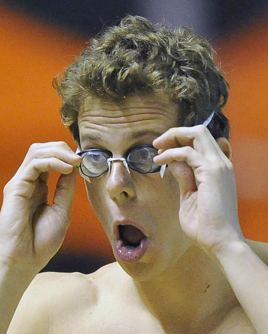 Cesar Cielo veste os óculos antes de entrar na piscina do Maria Lenk, no Rio
