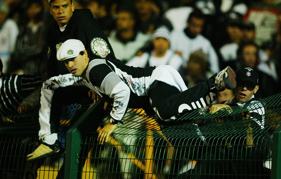 Torcedores do Corinthians tentam invadir o Pacaembu após eliminação para o River Plate