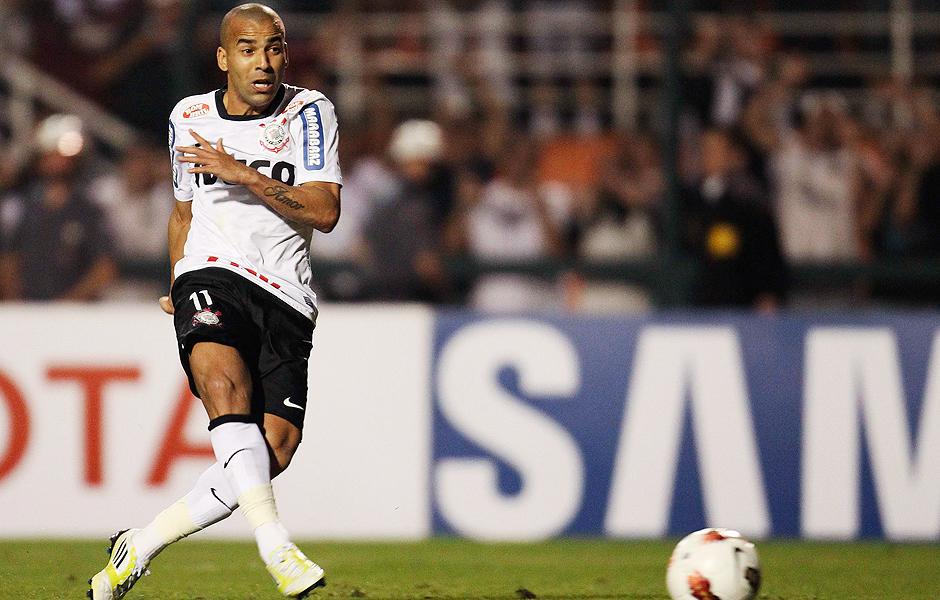 Emerson finaliza para marcar na vitória do Corinthians sobre o Boca Juniors em 2012