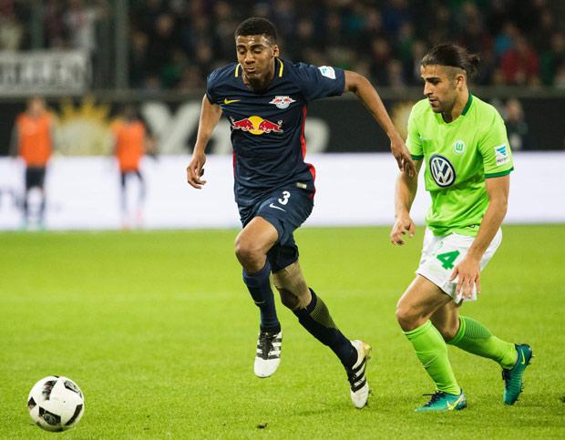 O meia brasileiro Bernardo (esq.), do RB Leipzig, em partida contra o Wolfsburg pelo Alemão