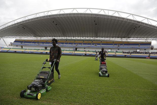 Trabalhadores preparam campo de estádio em Libreville para abertura da Copa Africana