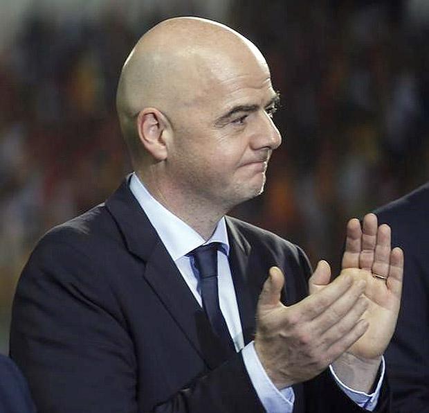Presidente da Fifa, Gianni Infantino, antes de jogo no Gabão