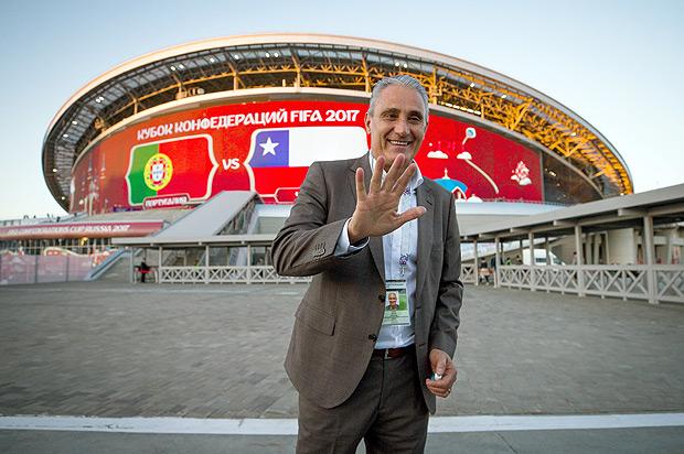 Tite em frente ao estádio de Kazan, local do jogo entre Portugal e Chile, realizado nesta quarta