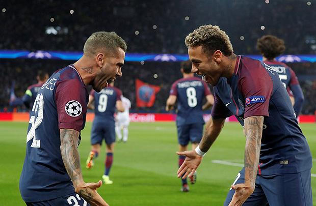 Neymar (dir.) comemora gol o gol marcado por Daniel Alves